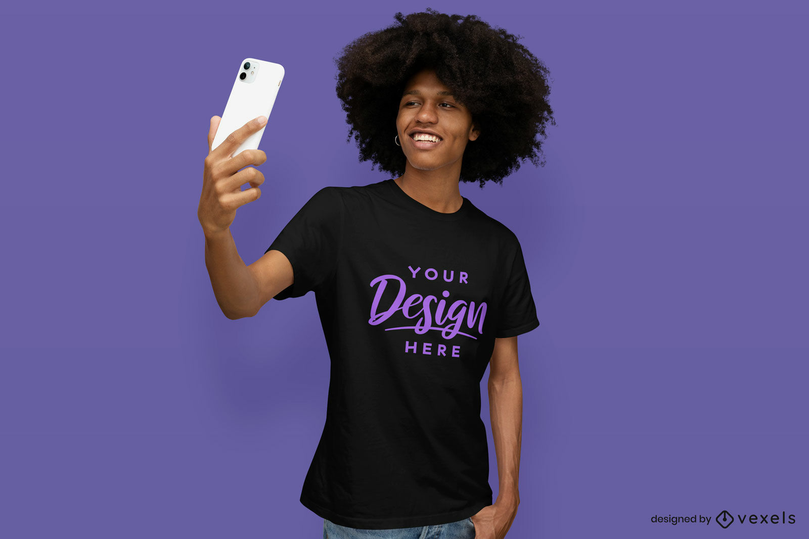 Maquete de camiseta preta e roxa em fundo roxo