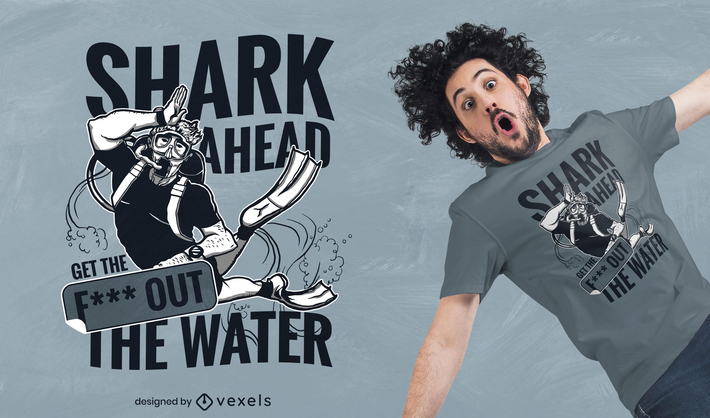 Buzo nadando en el diseño de la camiseta del océano.