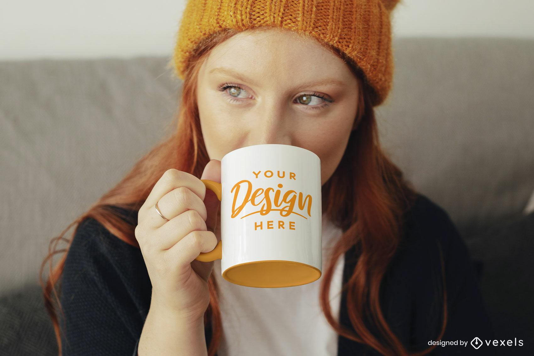 Mädchen mit orangefarbenem Bechermodell PSD