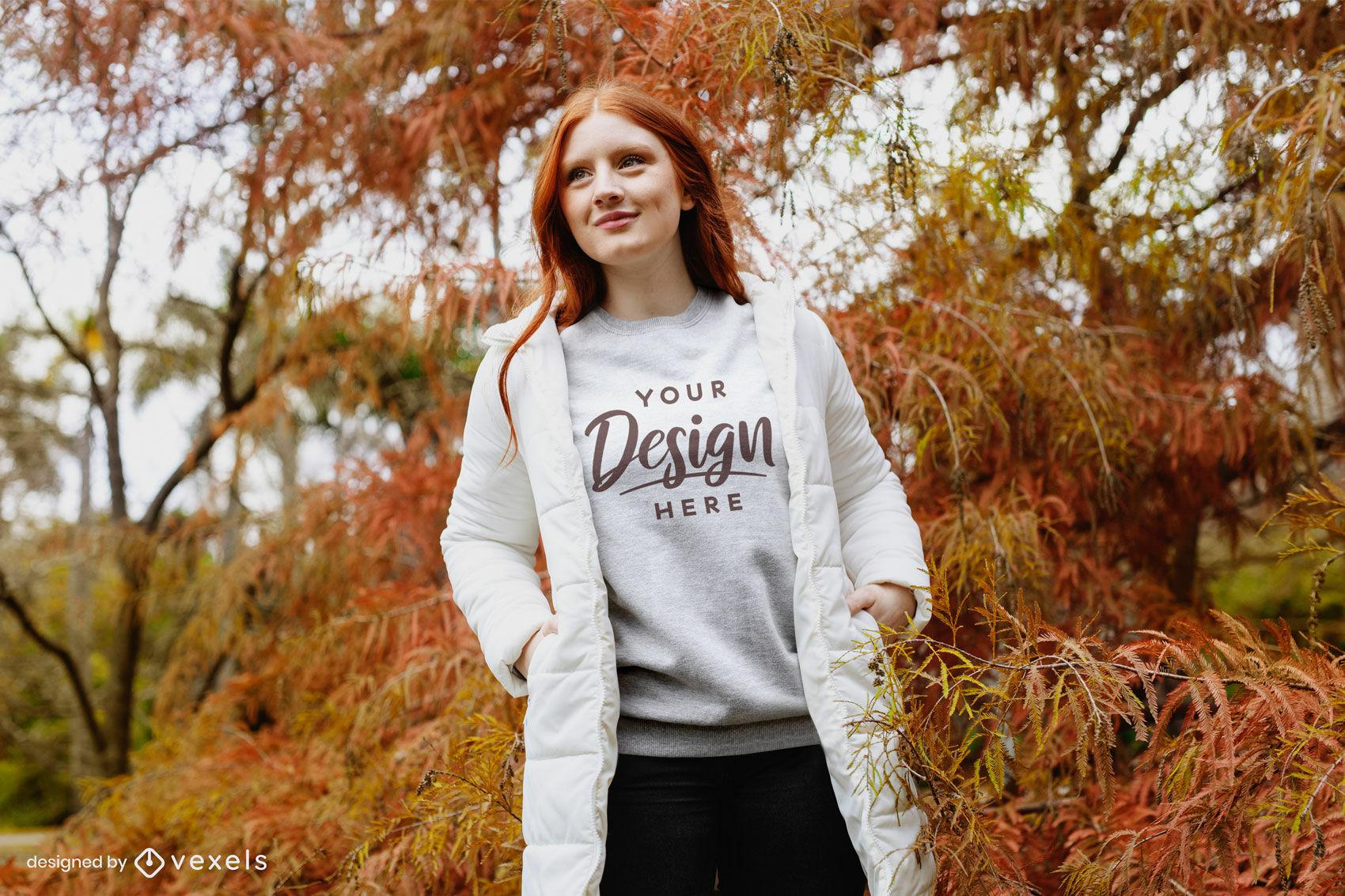 Chica en sudadera gris con chaqueta en maqueta de bosque