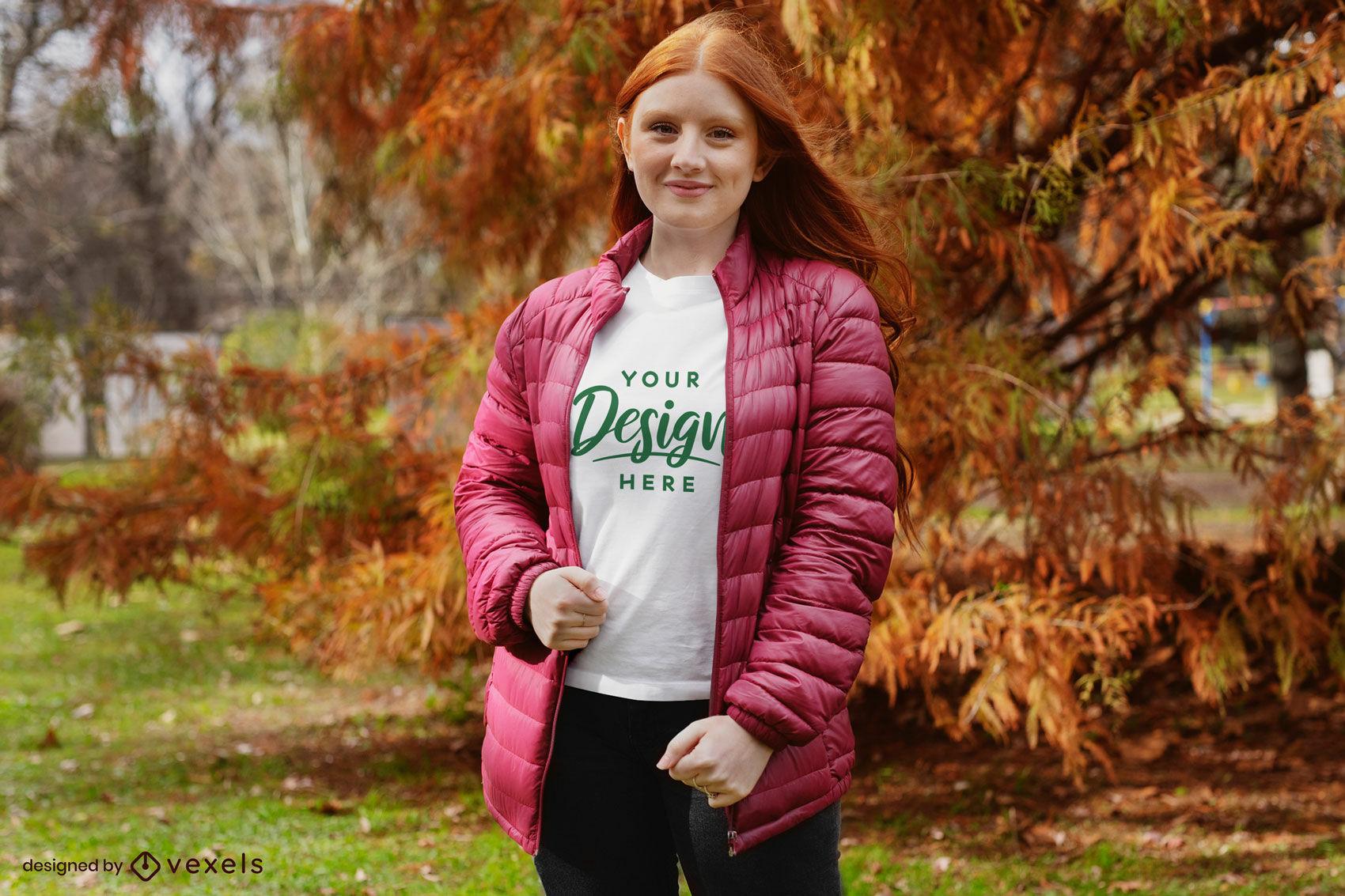 Chica pelirroja con maqueta de camiseta de chaqueta