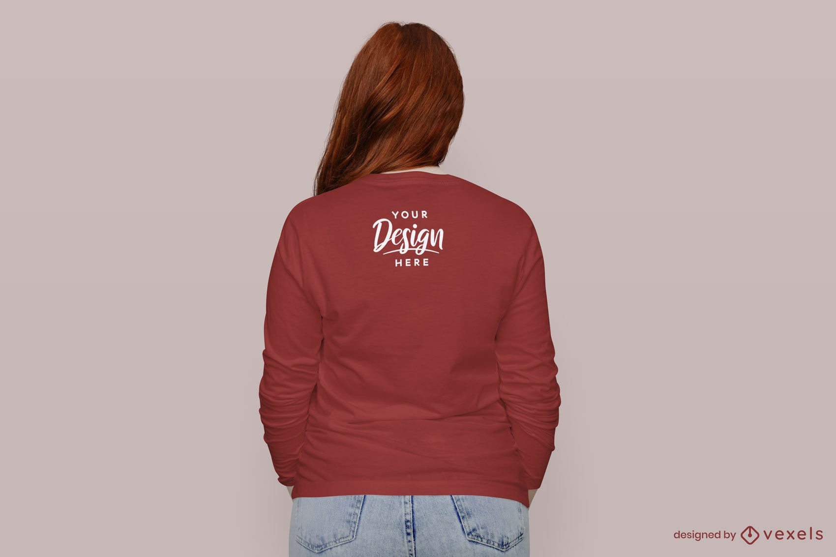 Chica en maqueta de espalda de camiseta roja de manga larga