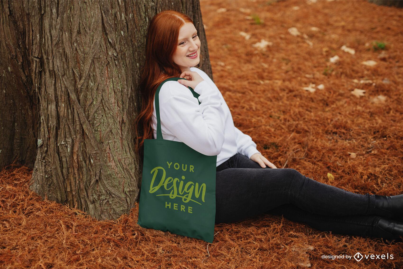 Saco de menina gengibre em maquete de floresta de outono