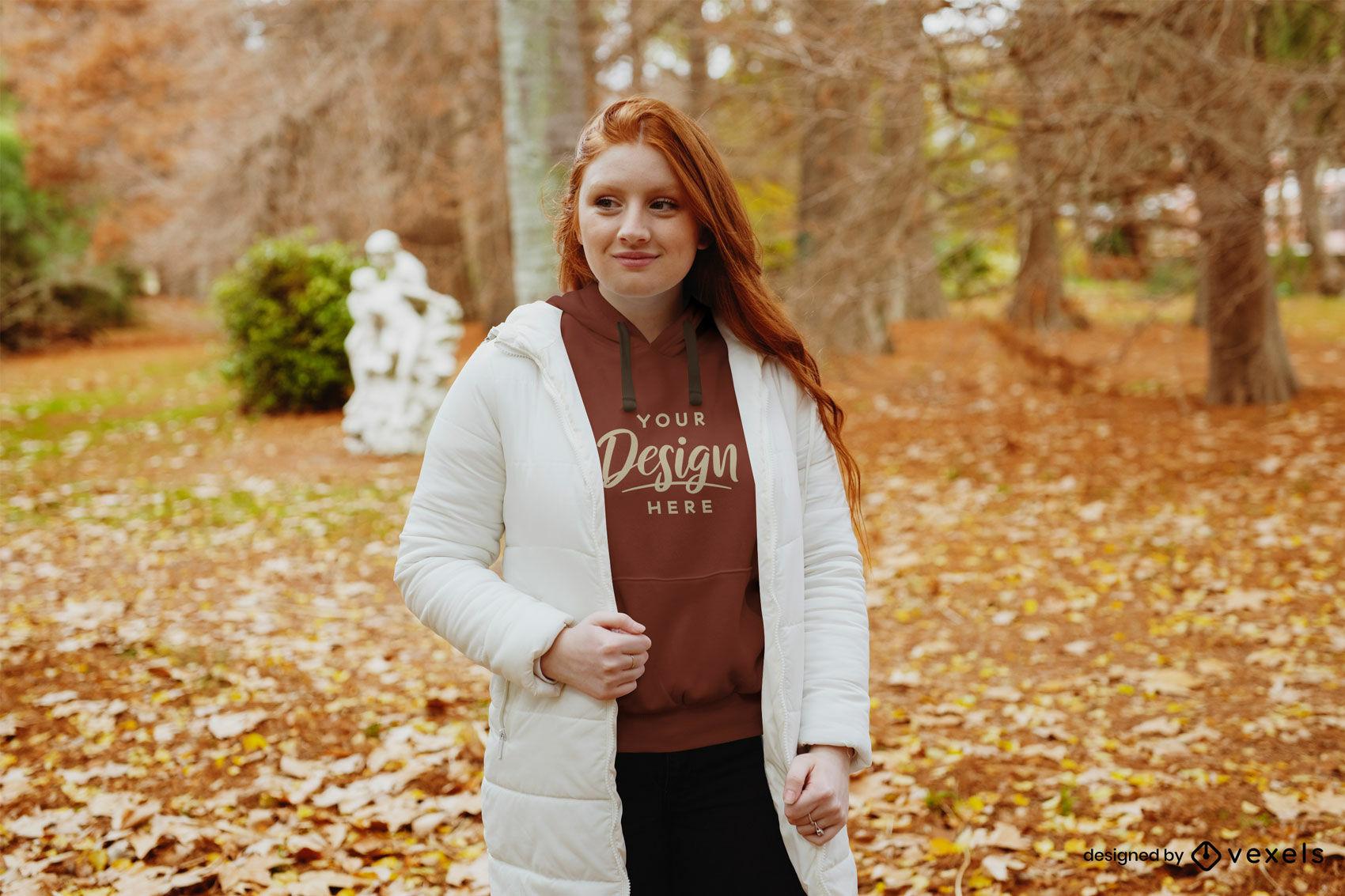 Maquete de capuz do parque de outono para menina ruiva