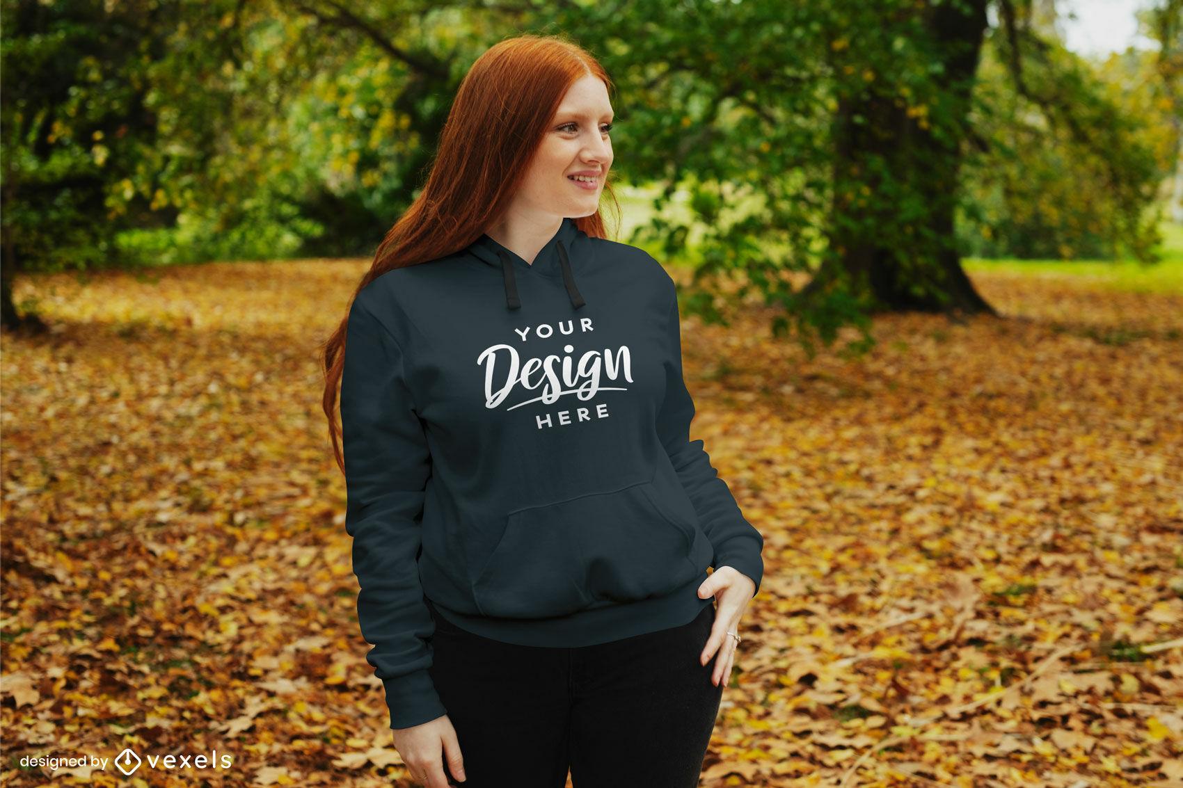 Chica de jengibre en maqueta de parque de otoño con capucha