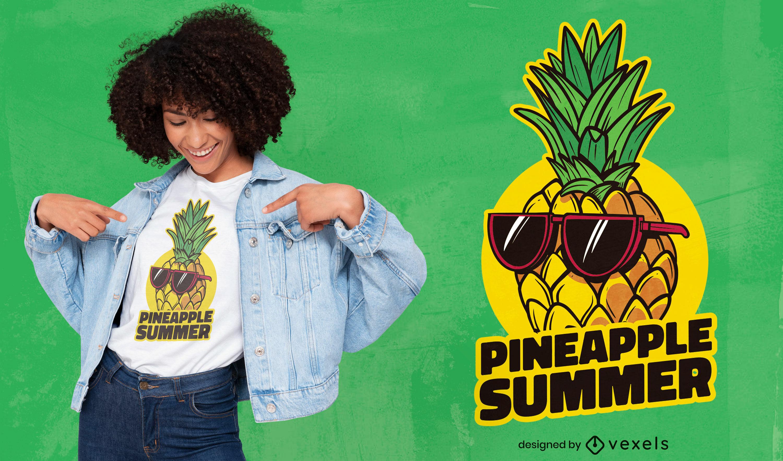 Dise?o de camiseta de verano con gafas de sol de pi?a.