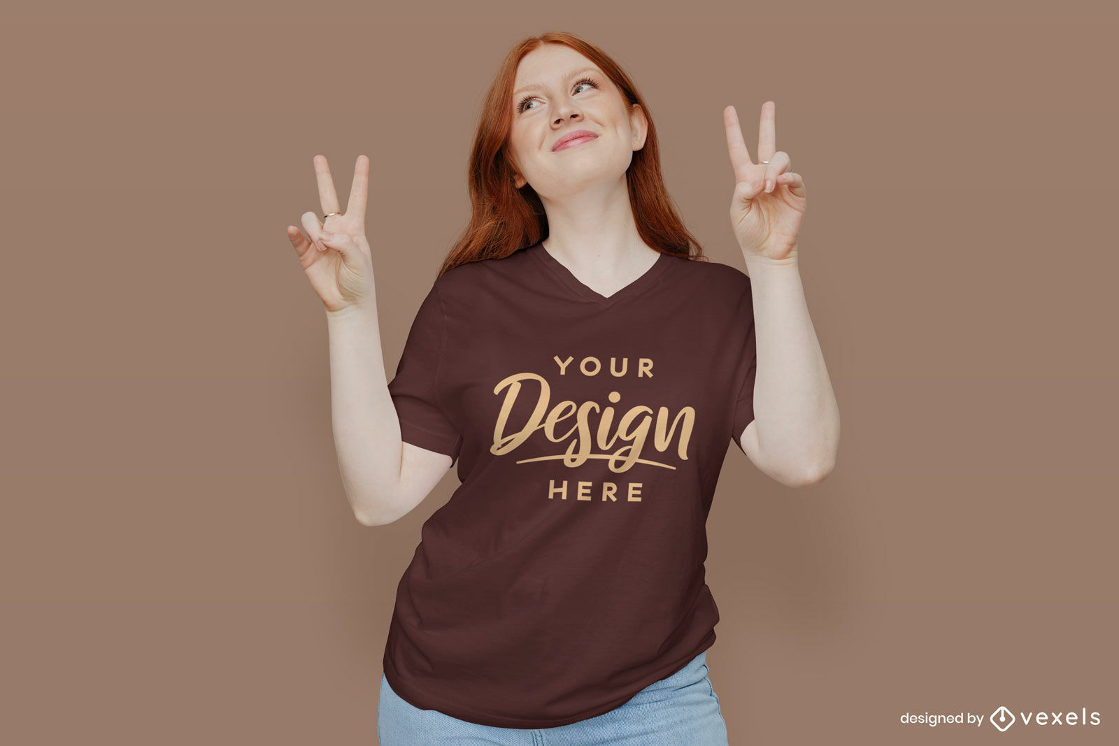 Chica en maqueta de camiseta marr?n