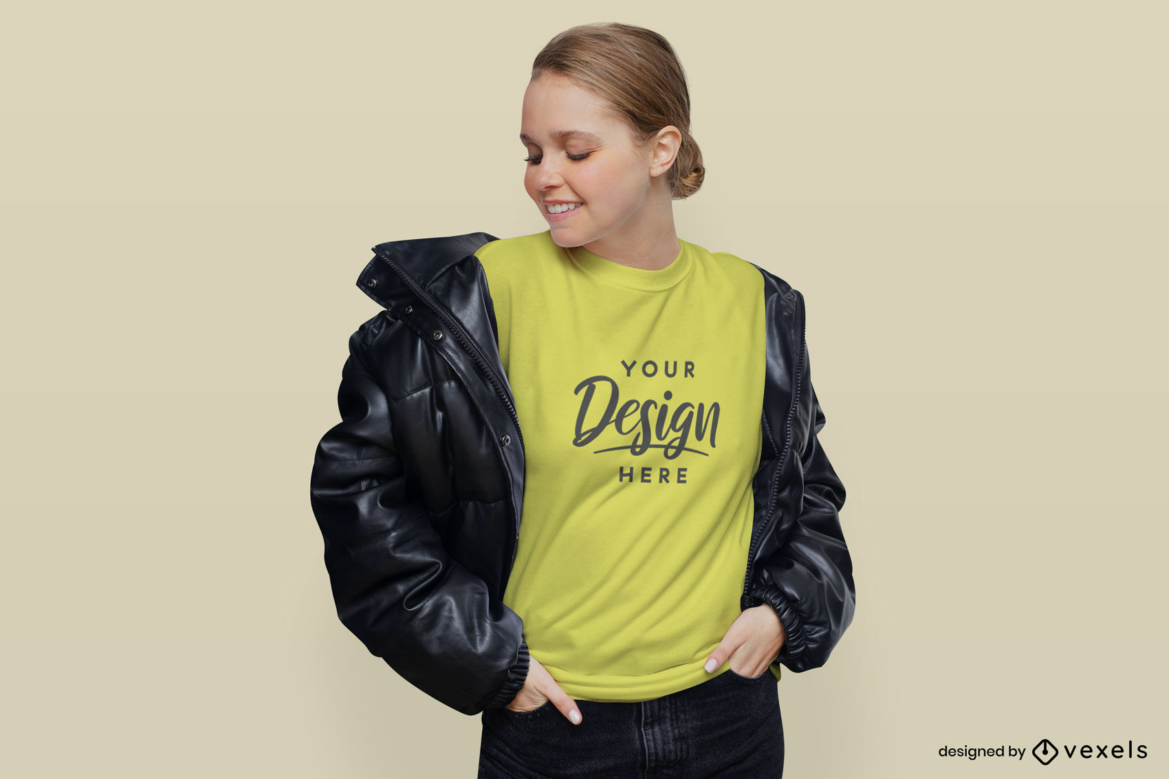 Chica en camiseta amarilla y maqueta de chaqueta