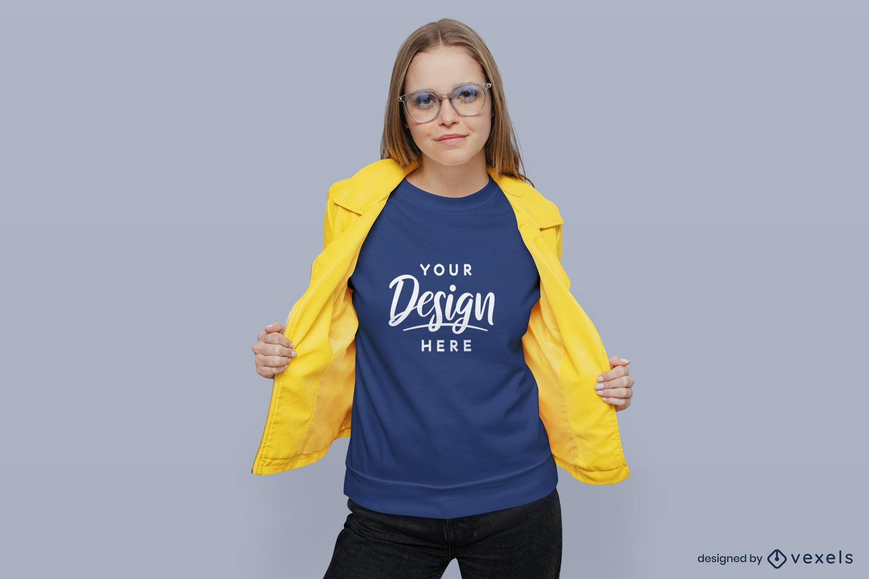 Chica en sudadera azul con maqueta de chaqueta amarilla
