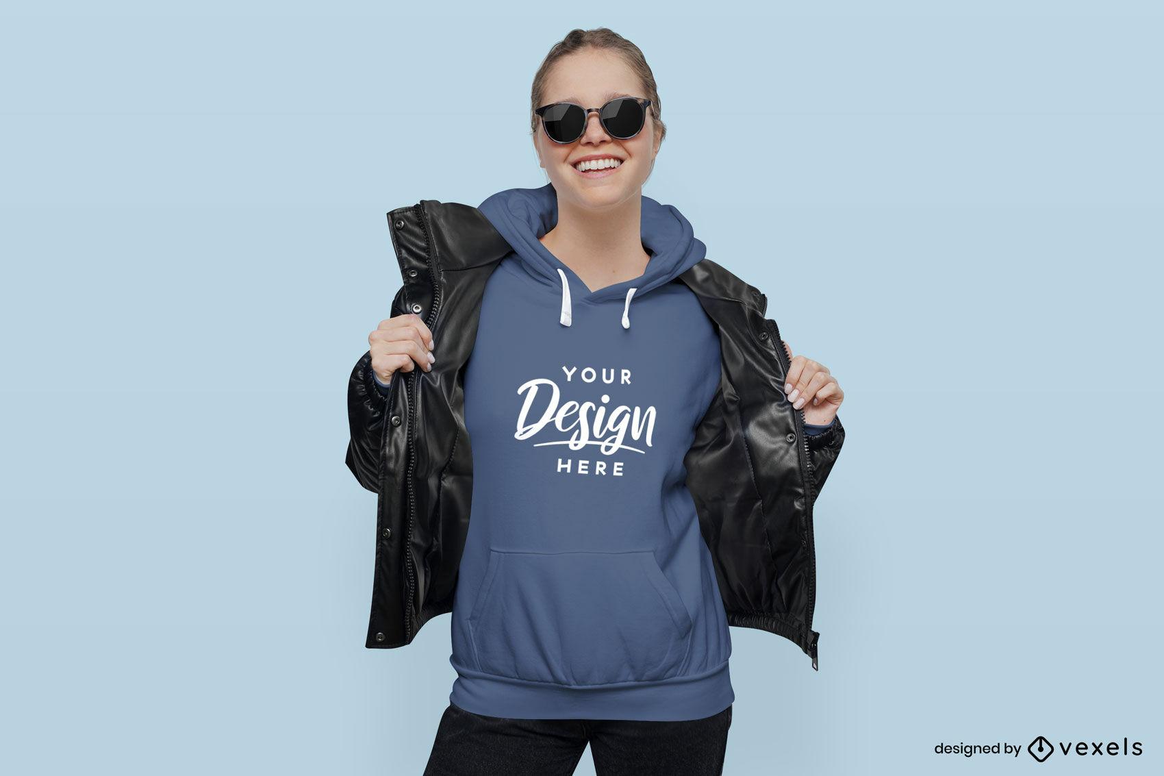 Mulher sorrindo com maquete de capuz de jaqueta de couro