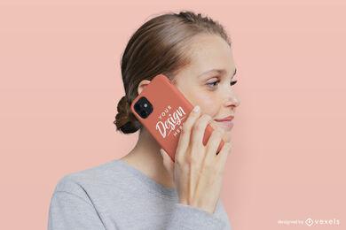 Maqueta de caja de teléfono de fondo sólido de mujer rubia