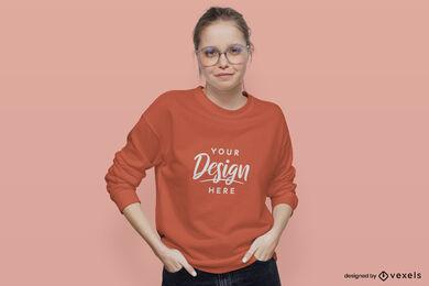 Mädchen im orangefarbenen Sweatshirtmodell mit flachem Hintergrund