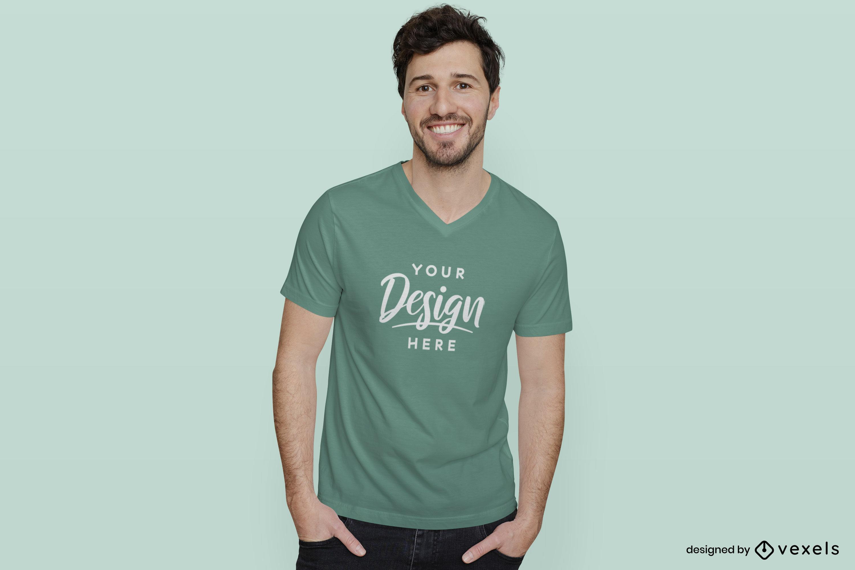 Hombre en camiseta verde y maqueta de fondo plano