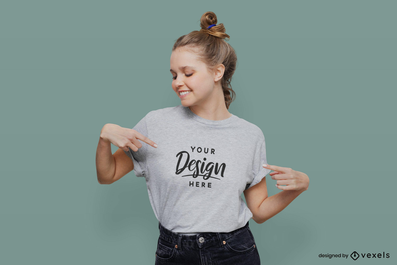 Chica en camiseta gris con maqueta de fondo plano