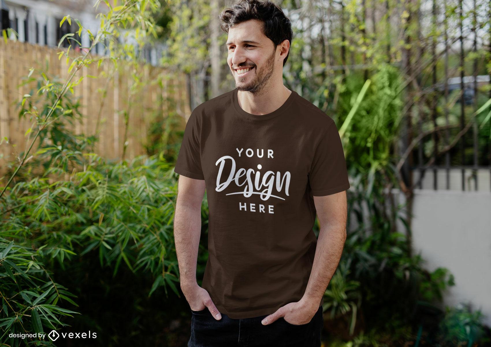 Hombre de maqueta de camiseta marrón en un patio trasero
