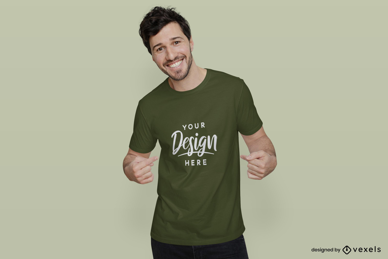 Homem de maquete de camiseta verde sorrindo com fundo plano