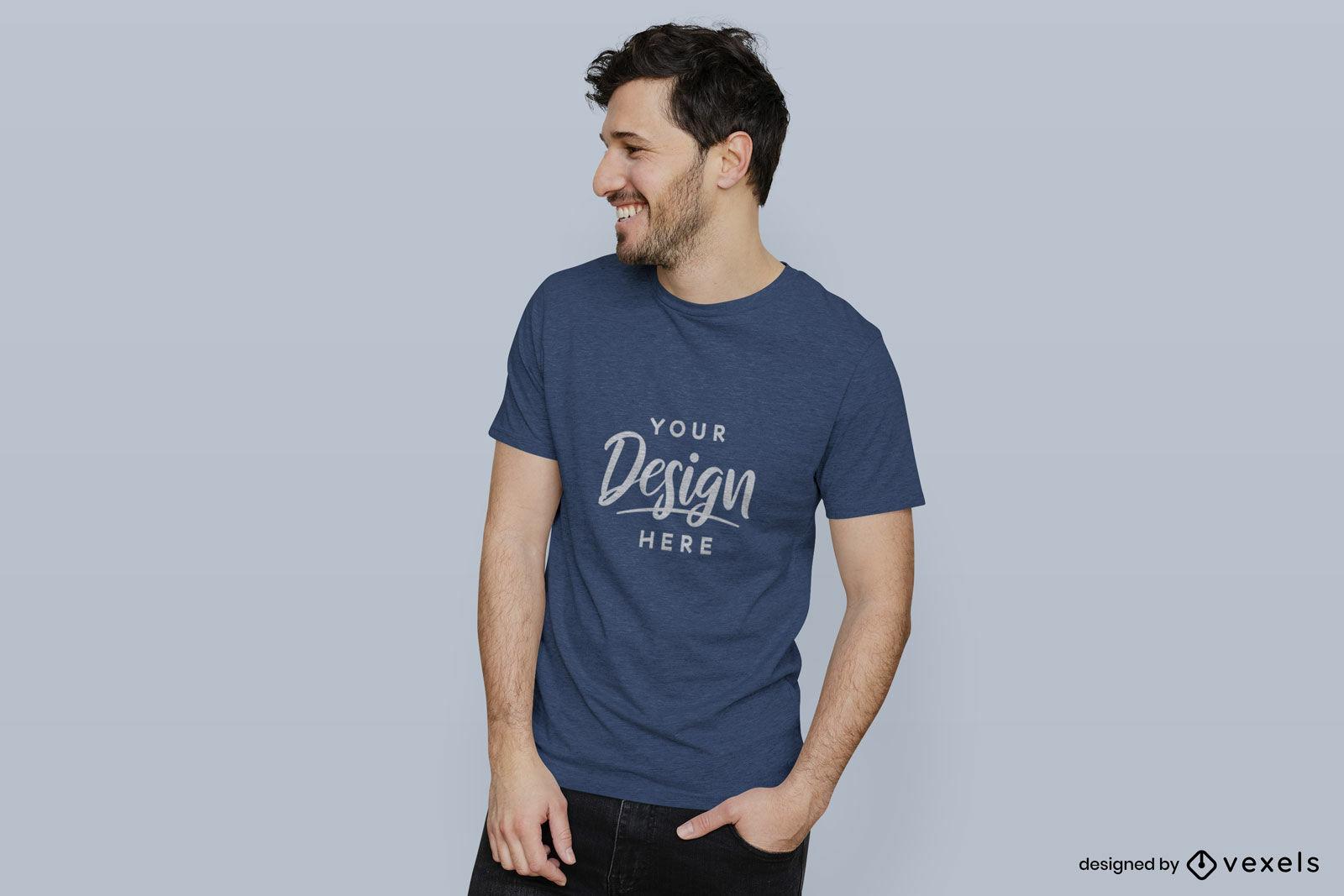 Homem de maquete de camiseta azul em fundo plano