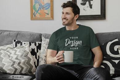 Maqueta de hombre camiseta gris oscuro en sala de estar