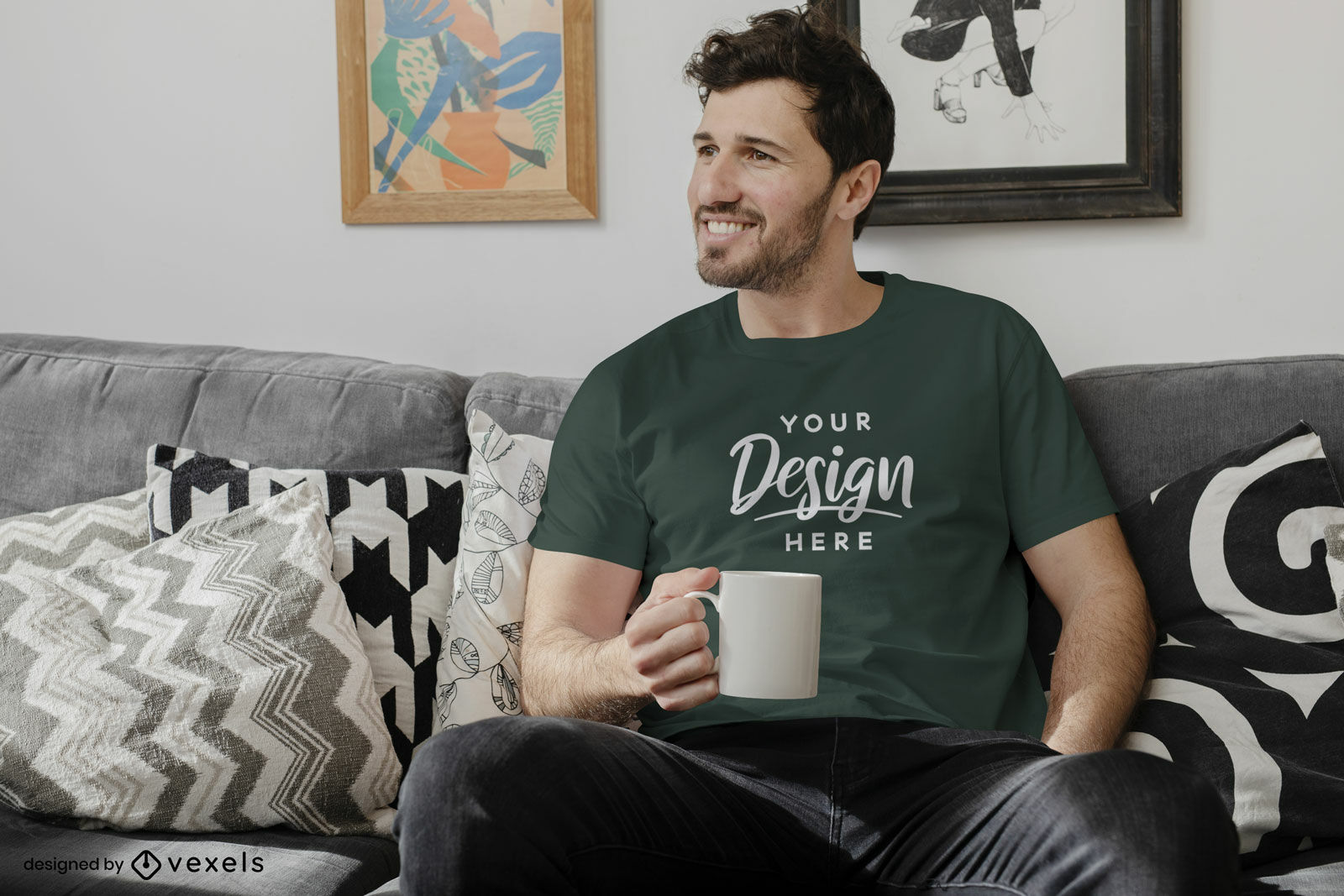 Maquete de homem de camiseta cinza-escuro na sala de estar