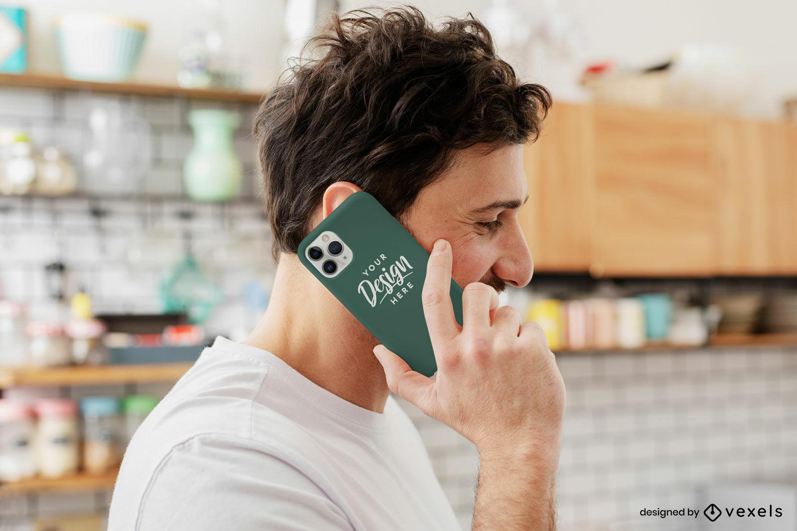 Brünetter Mann auf Küchentelefonkastenmodell