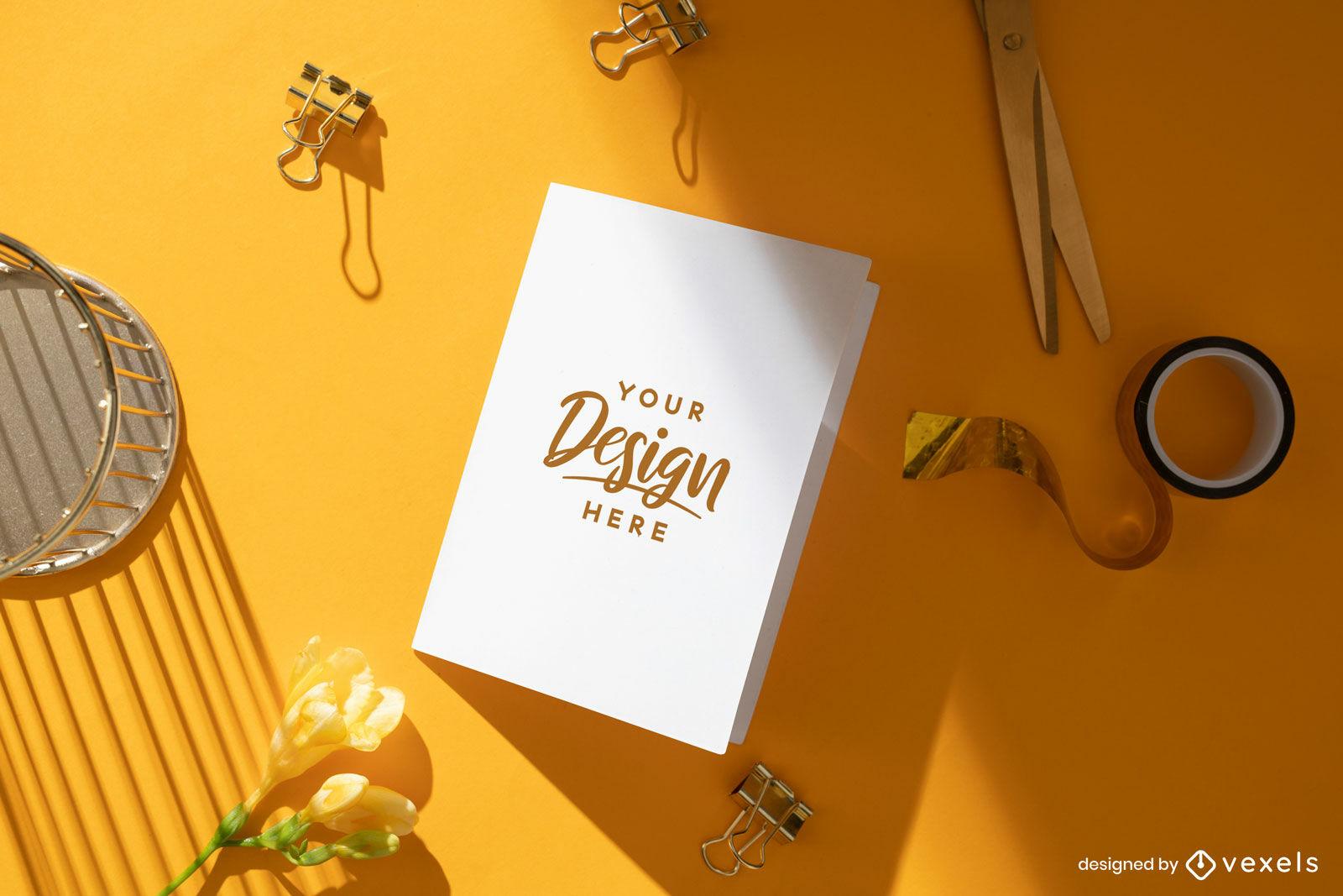 Maquete simples de cartão de saudação de mesa laranja