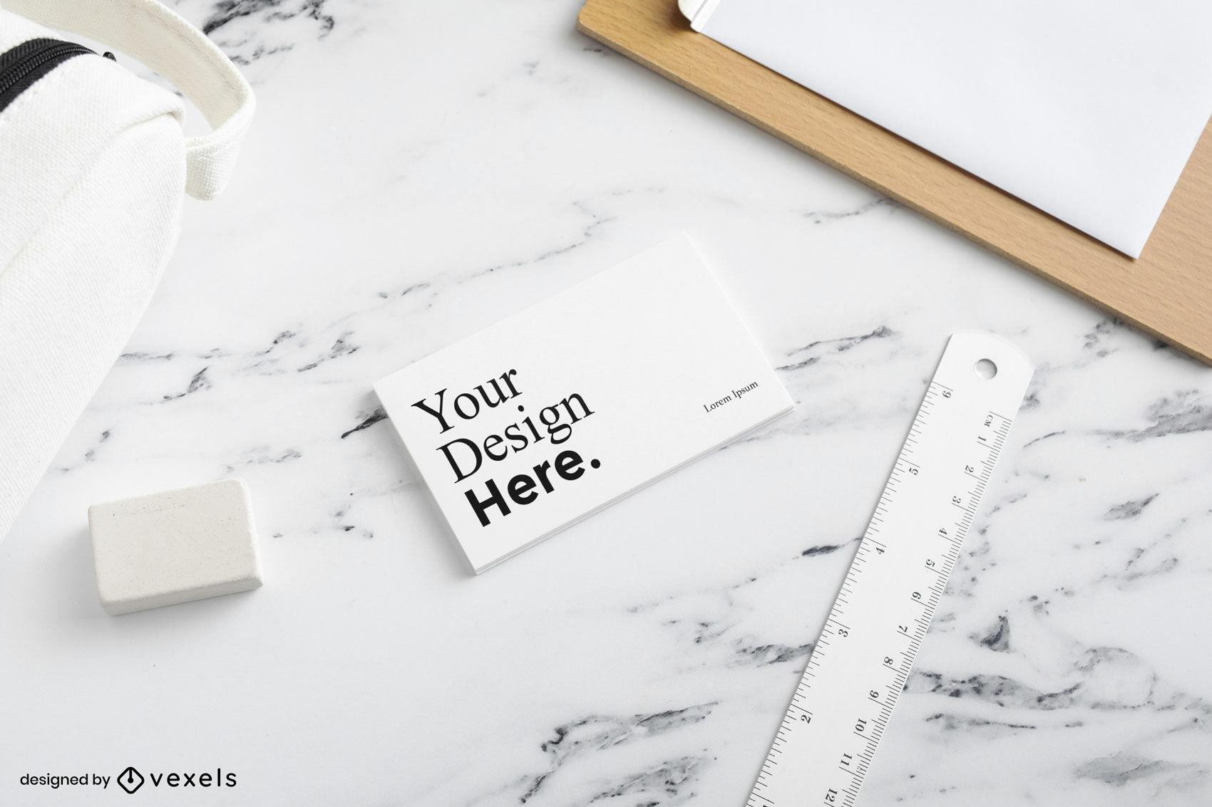 Maqueta de tarjeta de visita blanca en superficie de mármol