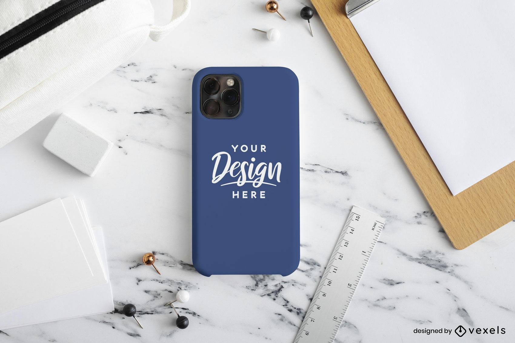 Maquete da capa do telefone azul em mesa de mármore