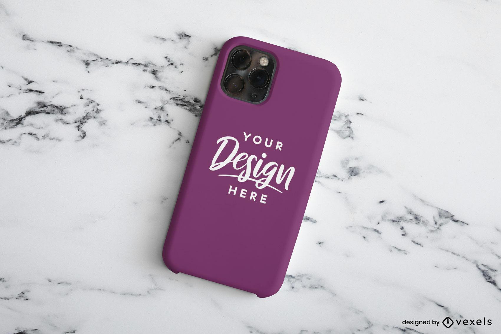 Maquete roxa da capa do telefone na mesa de mármore