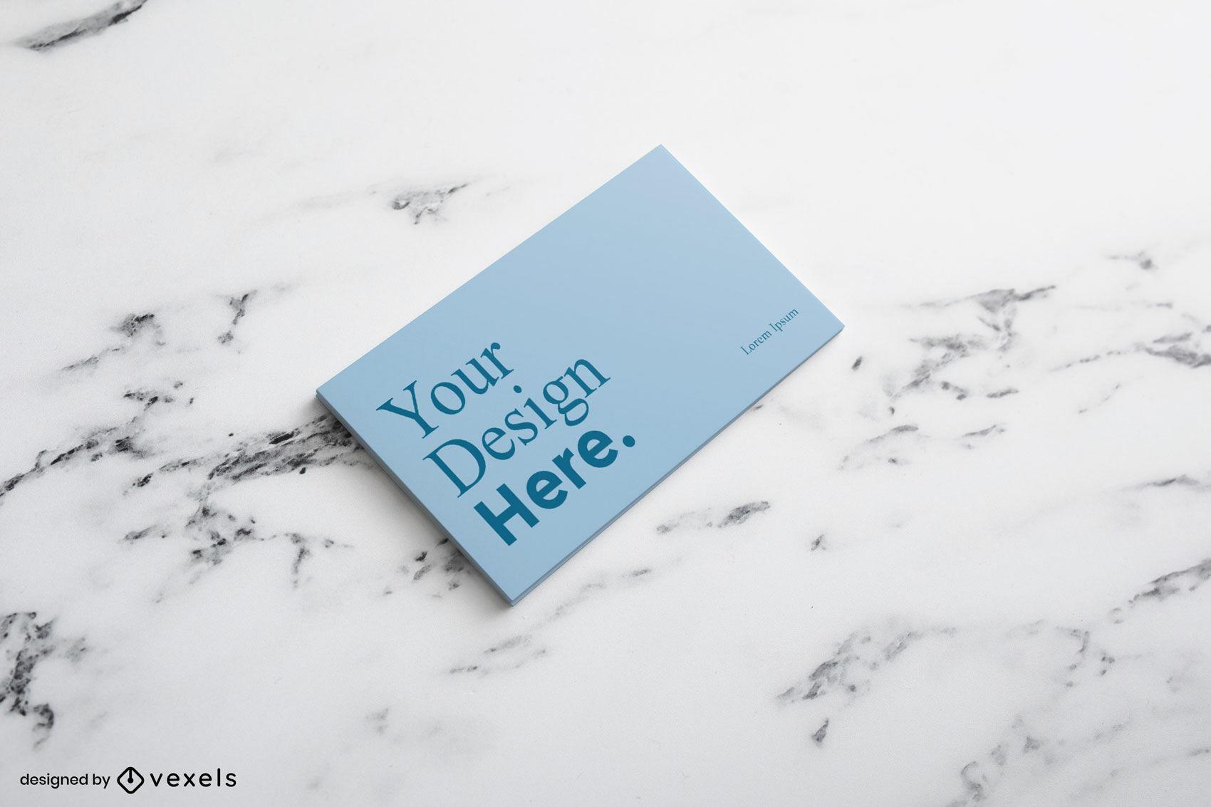 Cartão de visita azul em maquete de superfície de mármore