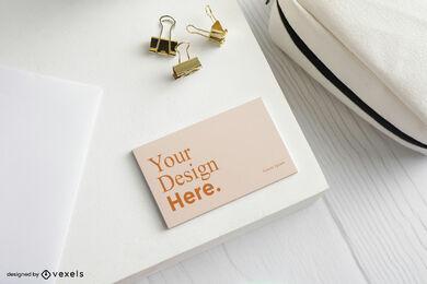Orangefarbenes Visitenkartenmodell in weißem Schreibtisch