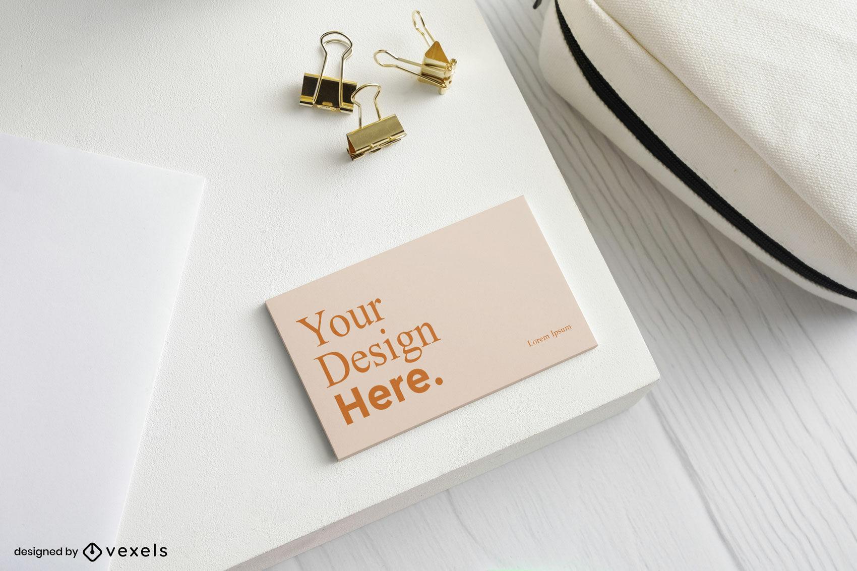 Maqueta de tarjeta de visita naranja en escritorio blanco