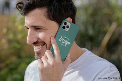 Hombre que sostiene la maqueta de la caja del teléfono verde