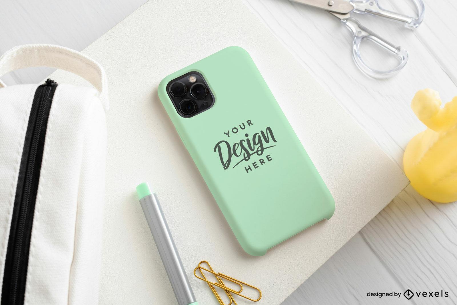 Maquete de capa de telefone verde claro na mesa