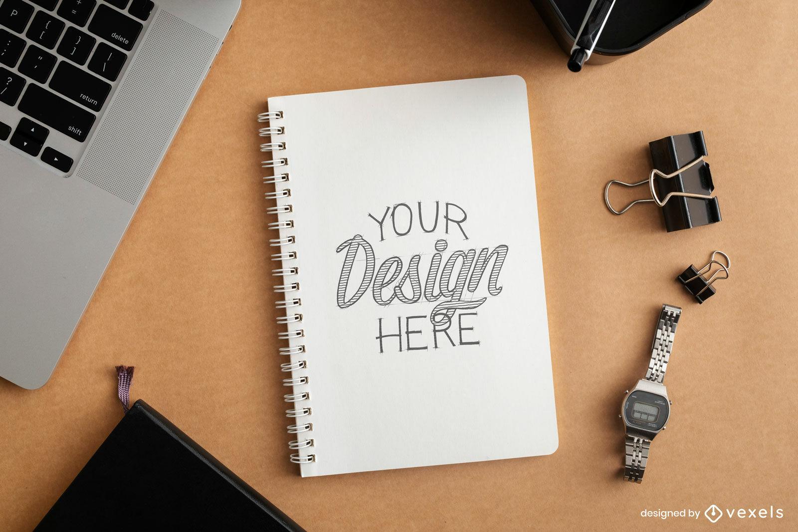 Maqueta de cuaderno en escritorio con laptop