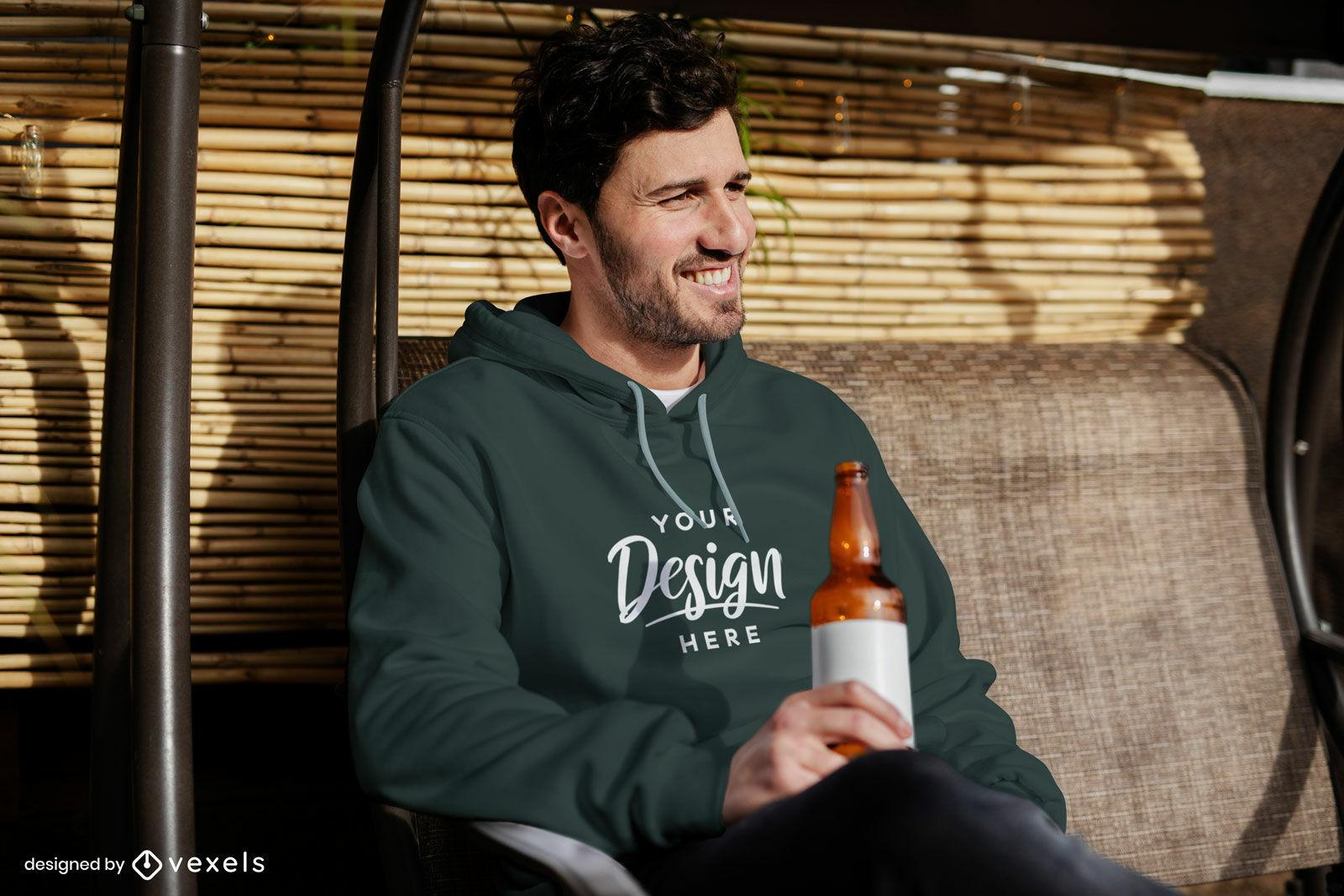 Hombre con sudadera con capucha bebiendo cerveza maqueta