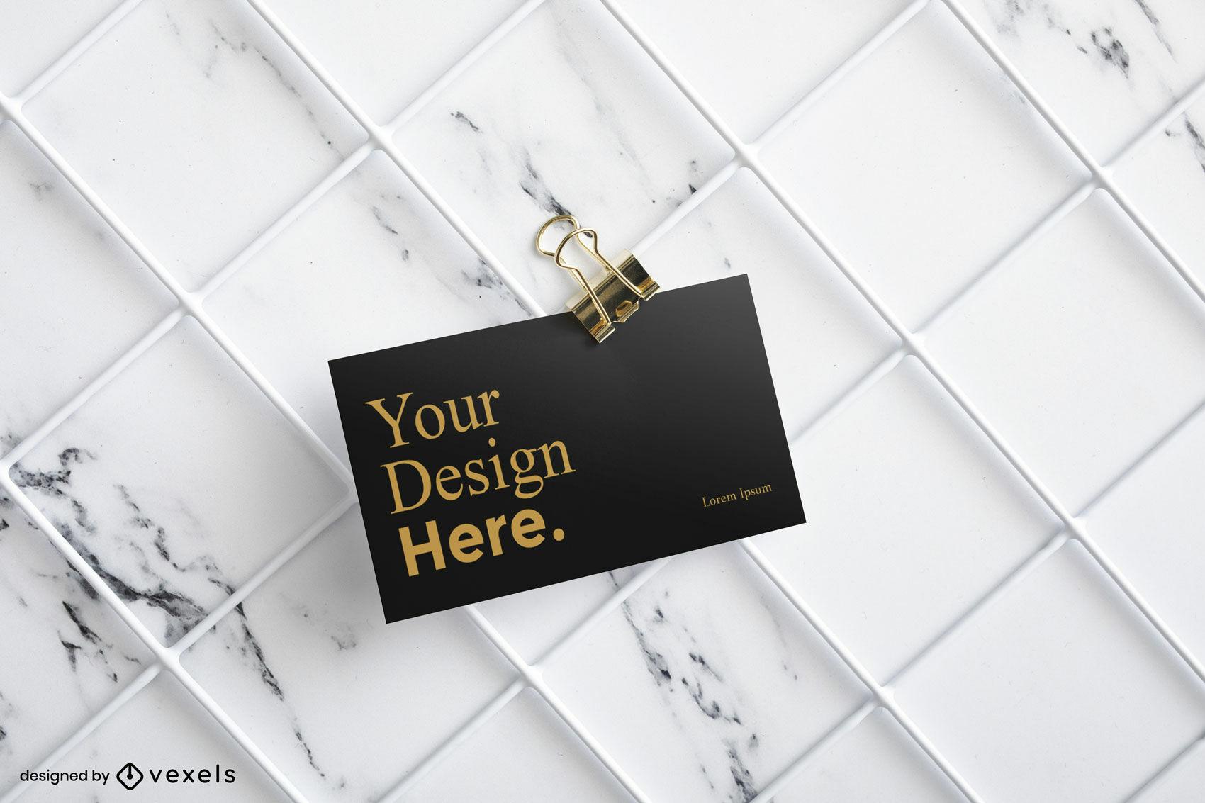 Maquete de cartão de visita preto com fundo de mármore