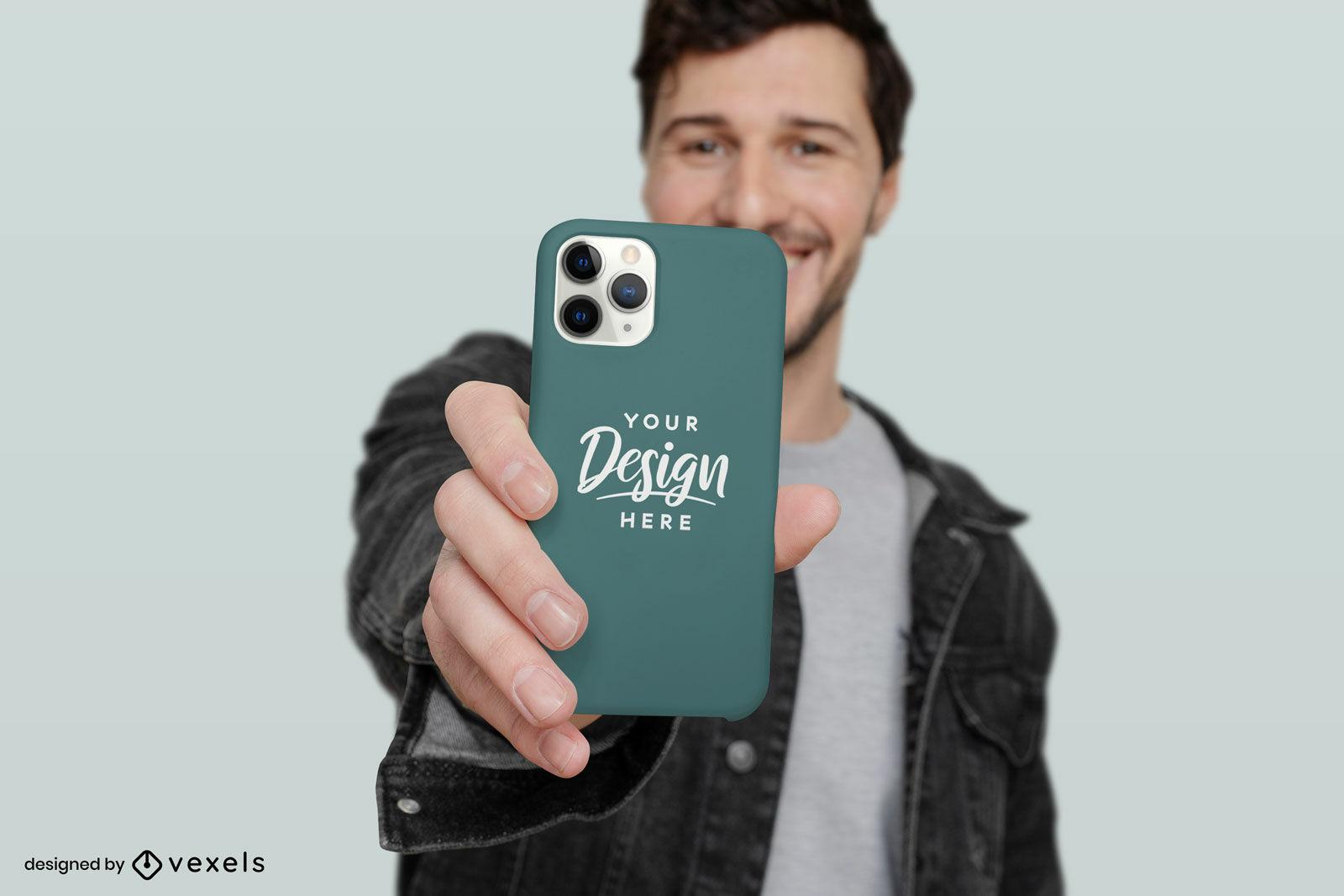 Homem sorrindo em uma maquete de capa de telefone com fundo sólido