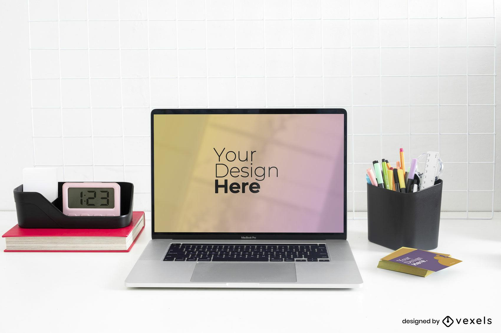 Laptop mit stationären Elementen im klaren Schreibtischmodell