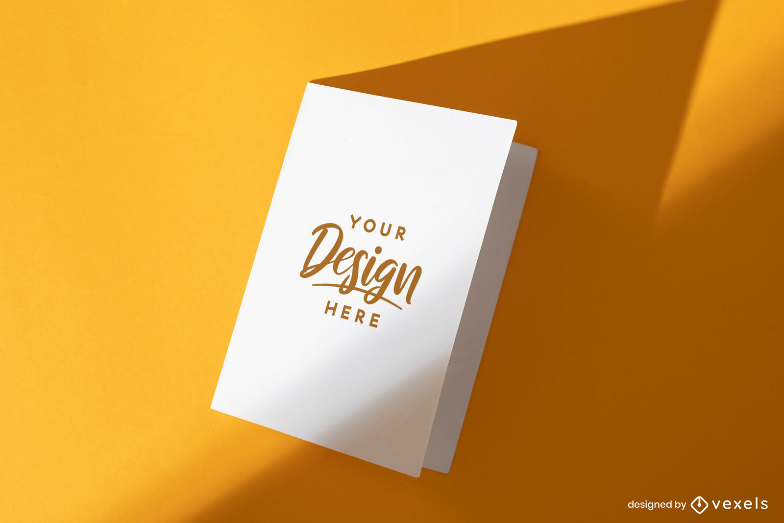 Tarjeta de felicitaci?n blanca en maqueta de fondo naranja
