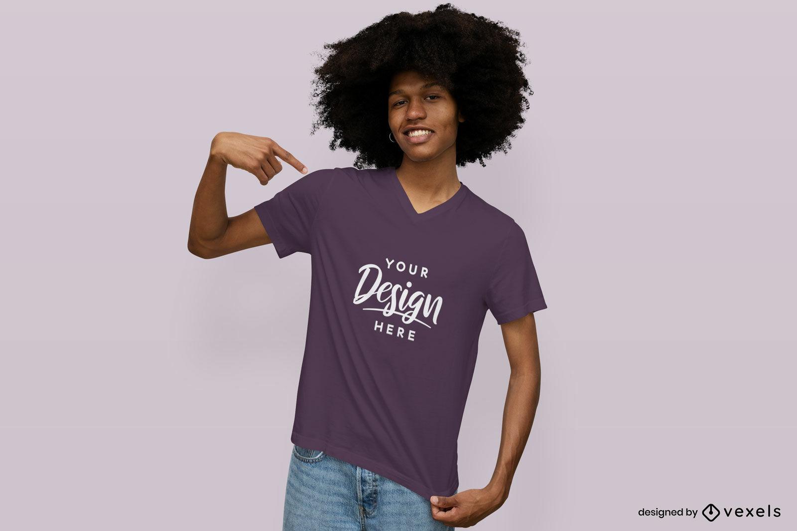 Hombre feliz en maqueta de camiseta de fondo s?lido