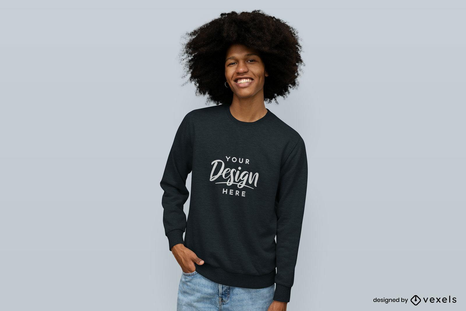 Homem sorridente com maquete de suéter de fundo sólido