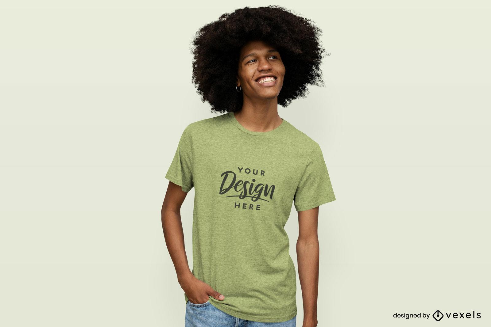 Mann, der in einem T-Shirt-Modell mit festem Hintergrund lächelt