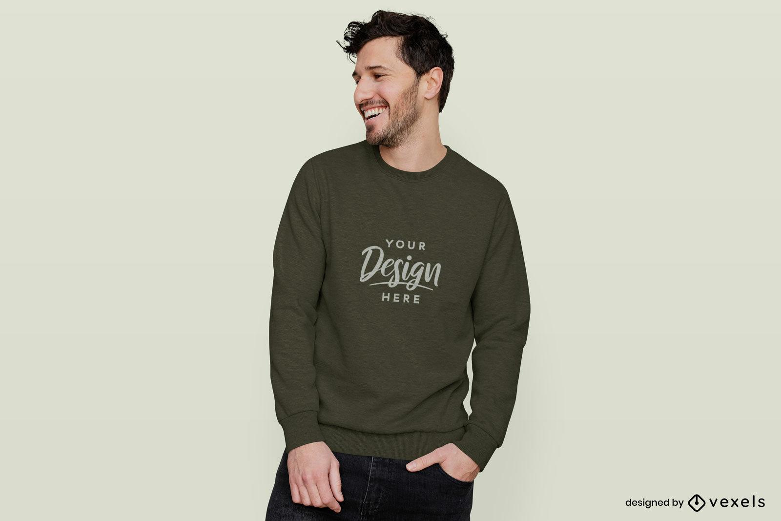 Homem feliz em maquete de suéter de fundo sólido