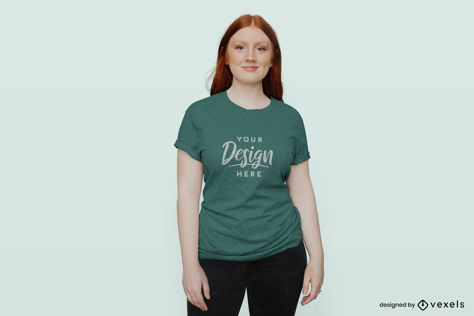 Mulher ruiva em uma maquete de camiseta com fundo s?lido