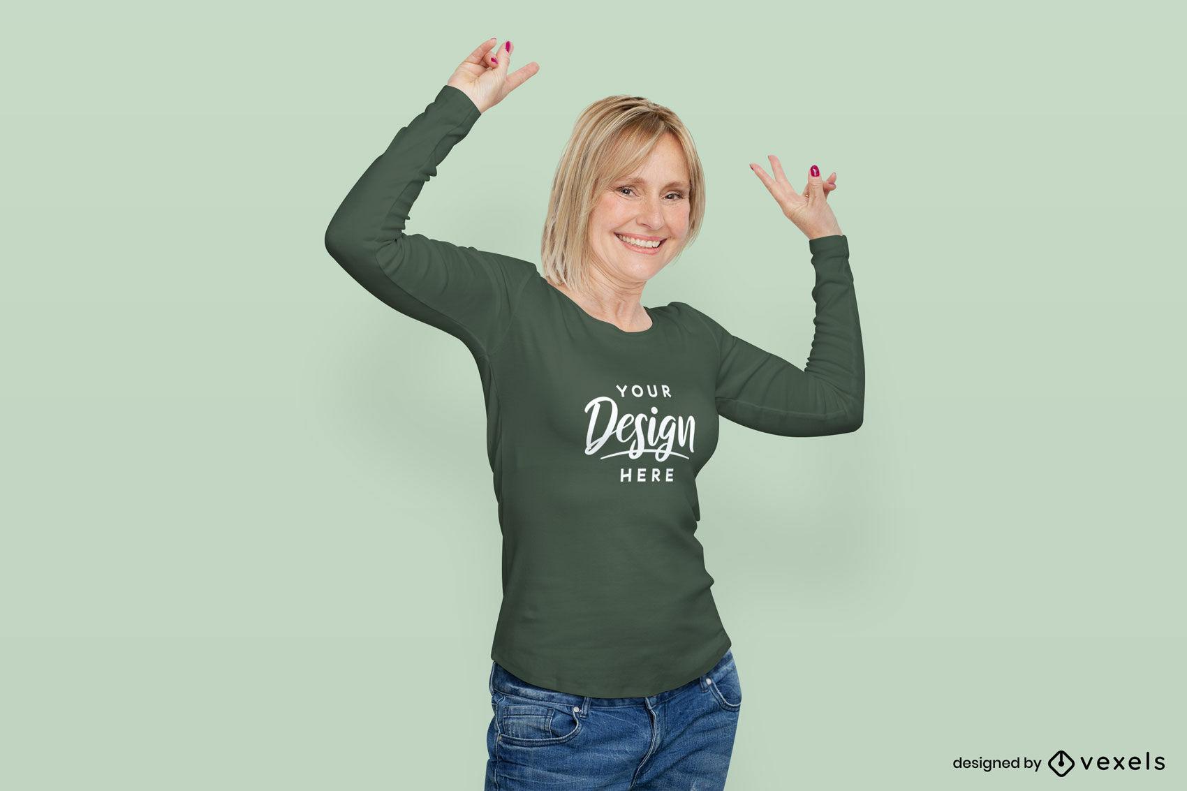 Mulher com maquete de camiseta verde de manga comprida