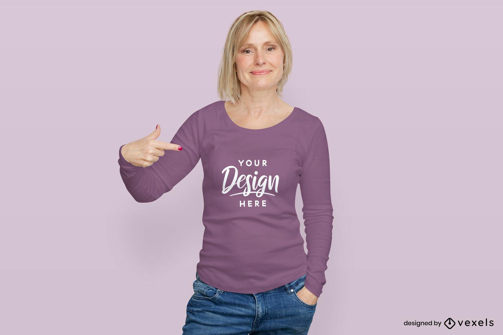 Mulher com maquete roxa de camiseta de manga comprida