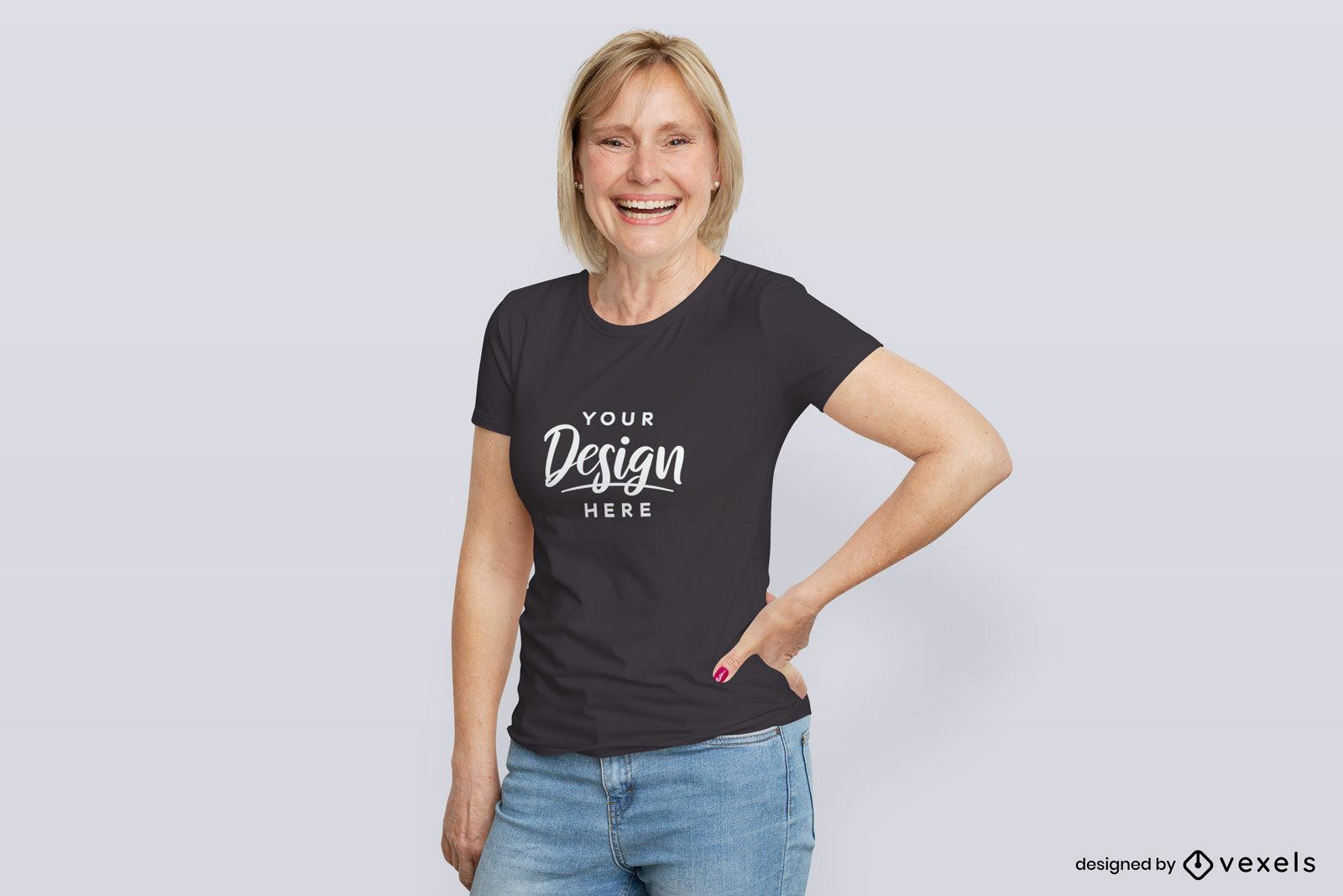 Mujer en maqueta de fondo plano de camiseta negra