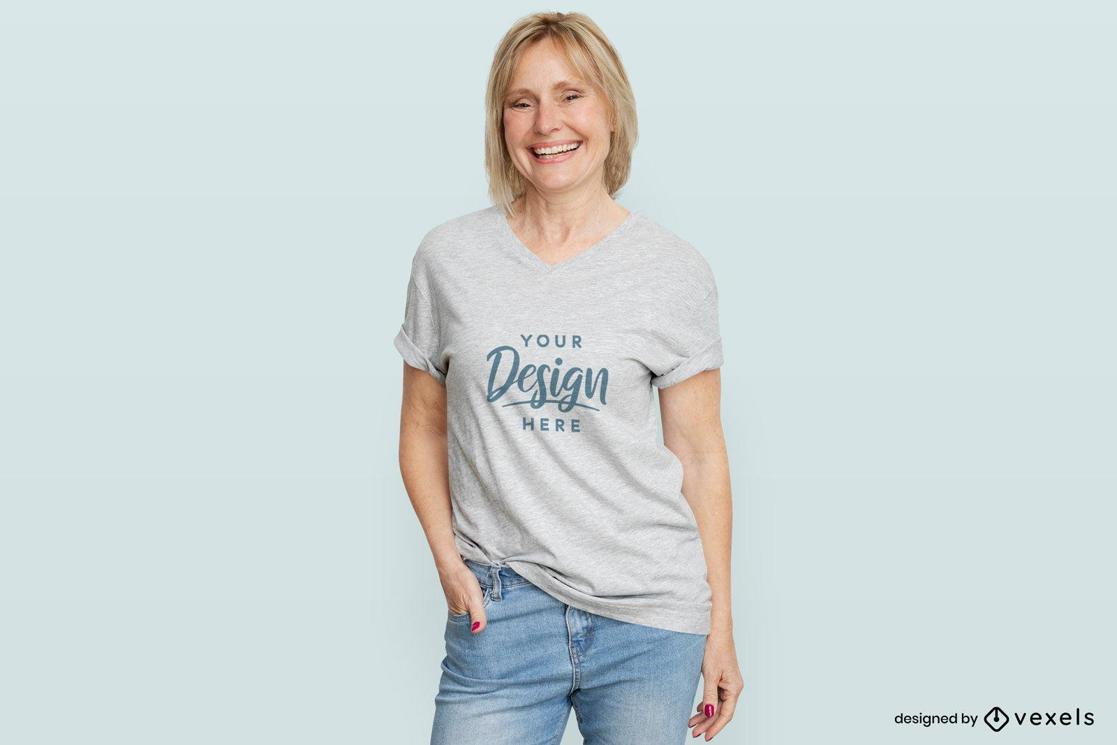 Mujer en maqueta de fondo plano de camiseta blanca