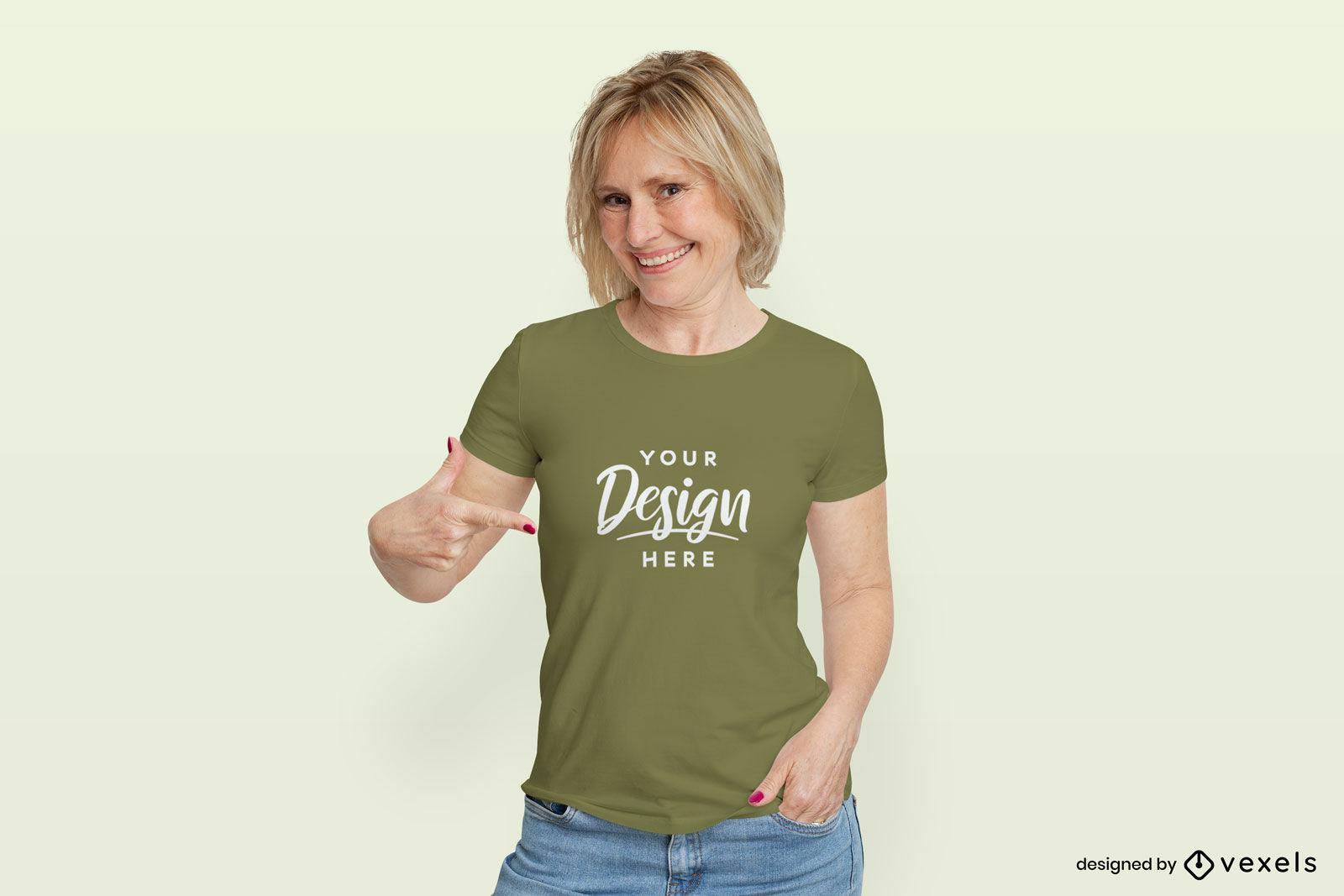 Mujer en maqueta de fondo plano de camiseta verde