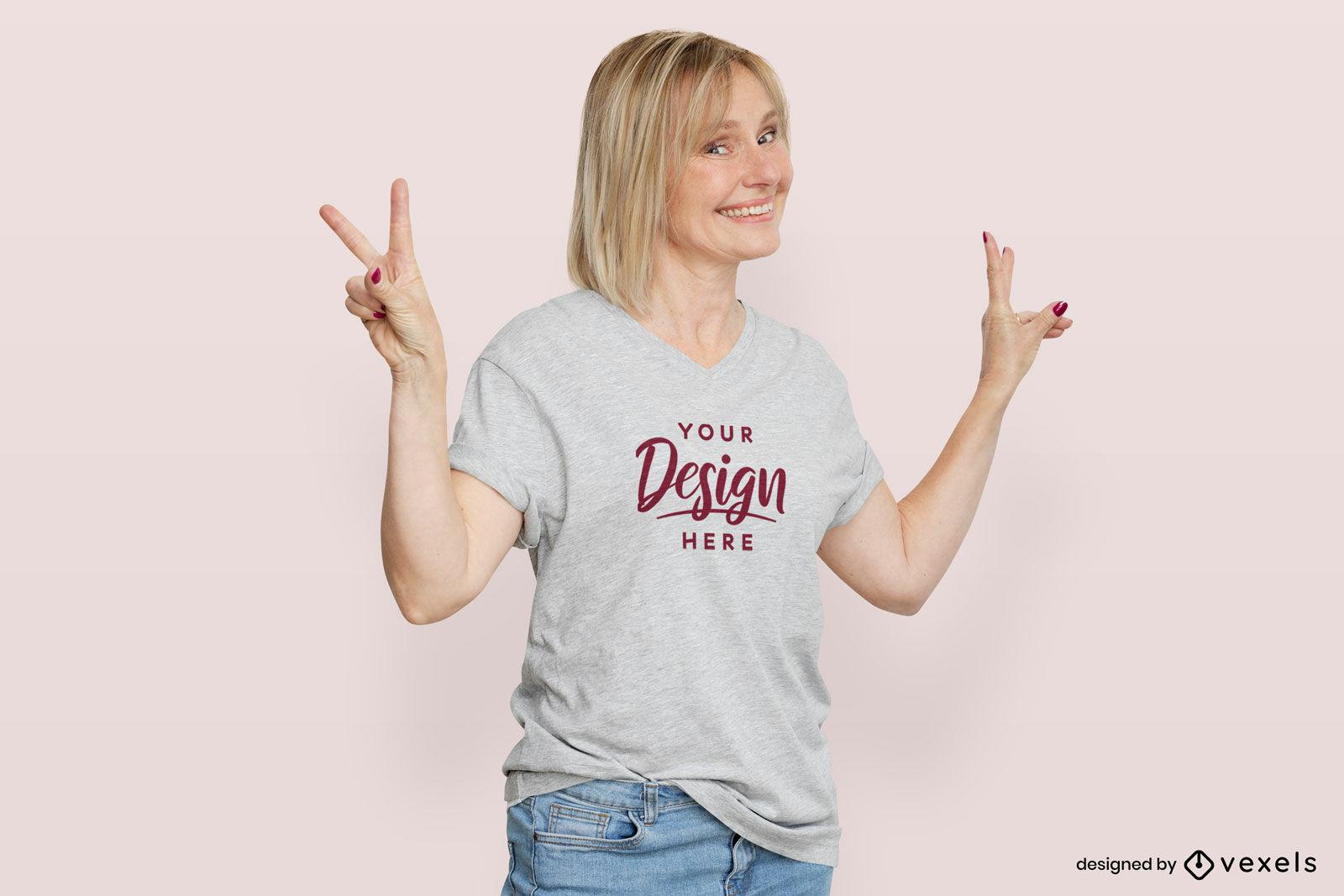 Mujer en maqueta de fondo plano de camiseta gris